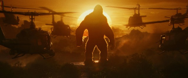 kong-skull-island-photo-king-kong-face-aux-helicos